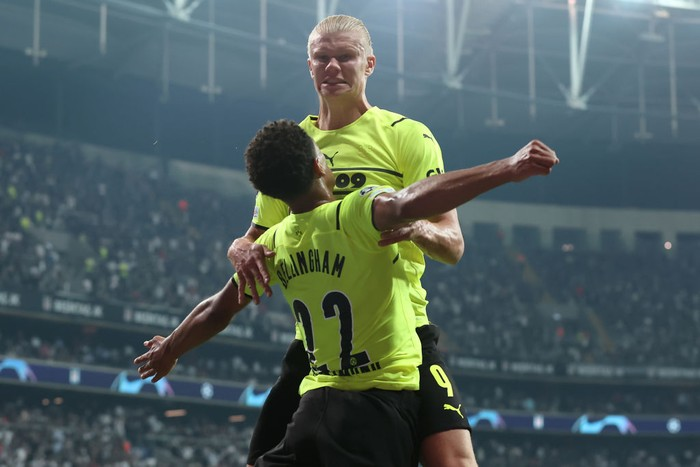 ISTANBUL, TURKEY - SEPTEMBER 15: Erling Haaland of Borussia Dortmund celebrates with teammate Jude Bellingham after scoring their sides second goal during the UEFA Champions League group C match between Besiktas and Borussia Dortmund at Vodafone Park on September 15, 2021 in Istanbul, Turkey. (Photo by Alex Grimm/Getty Images)