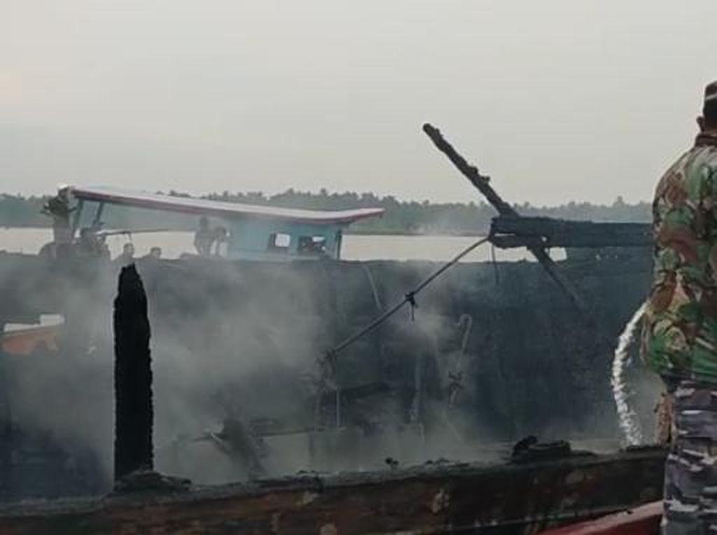 Diduga Dilempar Bom Molotov, Kapal di Asahan Ludes Terbakar