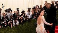Foto: 8 Transformasi Gaya Kim Kardashian di MET Gala, Elegan Hingga Seksi