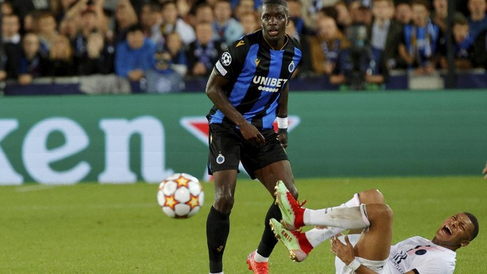 PSGs Kylian Mbappe, right, goes down as he fights for the ball during the Champions League Group A soccer match between Club Brugge and PSG at the Jan Breydel stadium in Bruges, Belgium, Wednesday, Sept. 15, 2021. (AP Photo/Olivier Matthys)