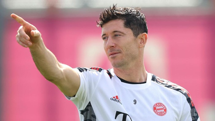 MUNICH, GERMANY - SEPTEMBER 13: Robert Lewandowski of FC Bayern München reacts during a FC Bayern training session at Saebener Strasse training ground on September 13, 2021 in Munich, Germany. (Photo by Alexander Hassenstein/Getty Images)