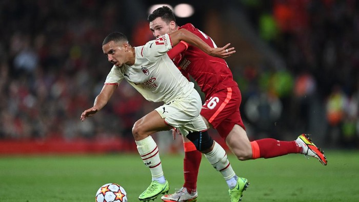 LIVERPOOL, ENGLAND - SEPTEMBER 15: Ismael Bennacer of AC Milan is challenged by Andrew Robertson of Liverpool during the UEFA Champions League group B match between Liverpool FC and AC Milan at Anfield on September 15, 2021 in Liverpool, England. (Photo by Shaun Botterill/Getty Images)