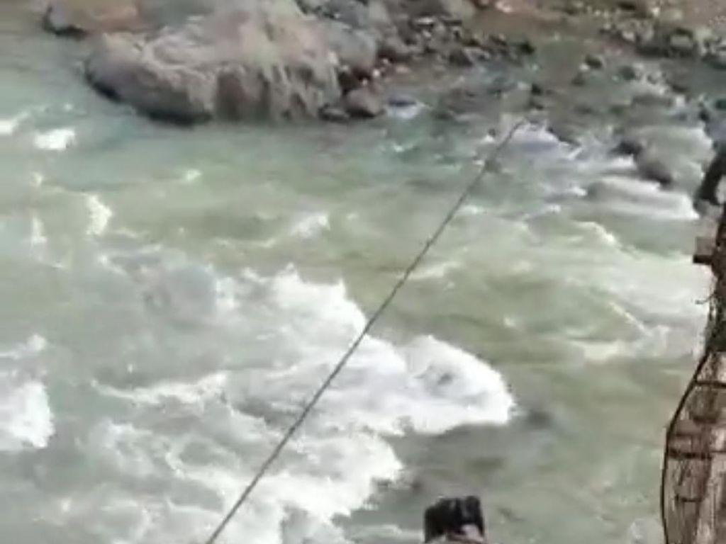 Dramatis! Ibu-Anak Jatuh dari Jembatan Saat Naik Motor di Lebak