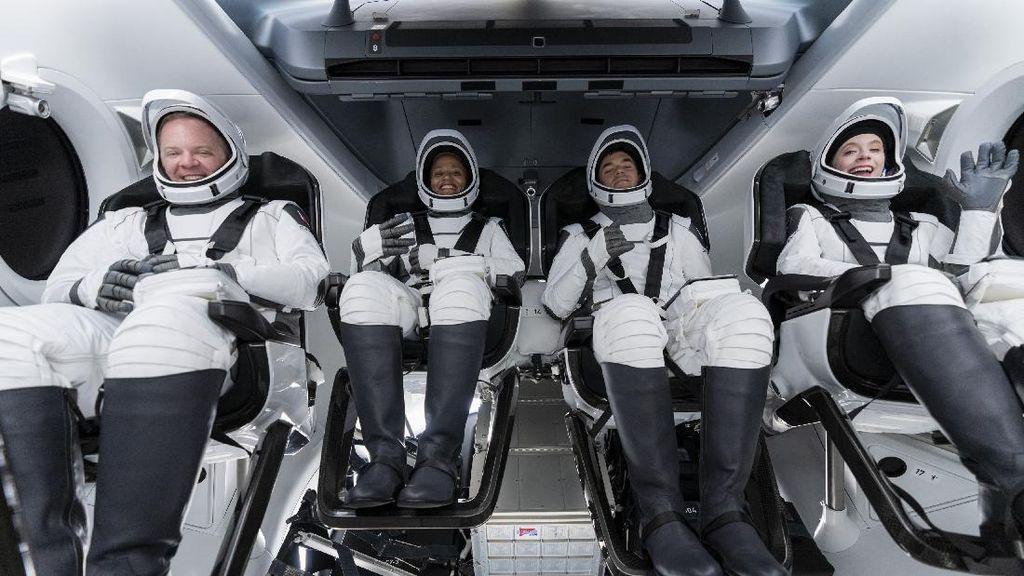 Momen 4 Warga Biasa Terbang ke Luar Angkasa Naik Roket SpaceX