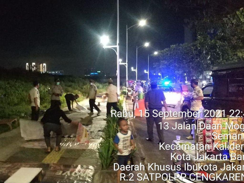 Satpol PP Bubarkan Puluhan Warga di Jakbar Nekat Nongkrong Larut Malam
