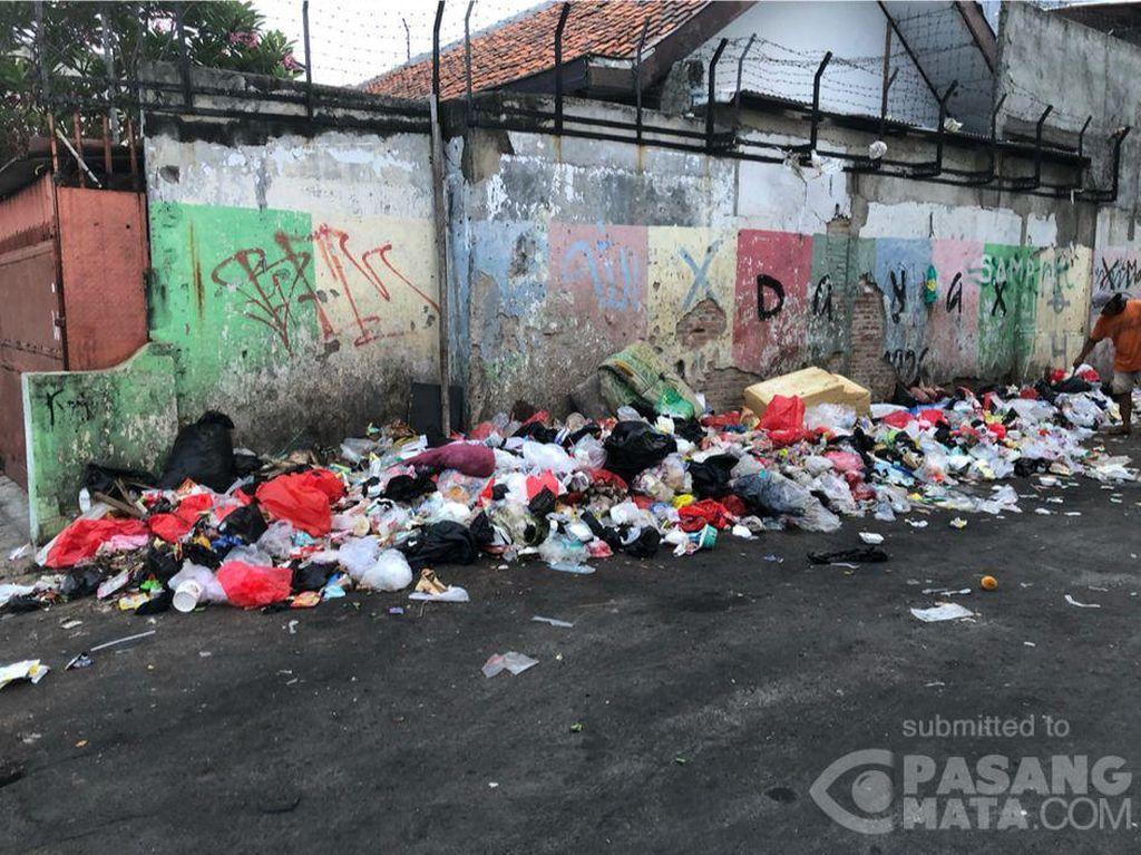 Warga Keluhkan Jalan di Kramat Jakpus Jadi Tempat Sampah