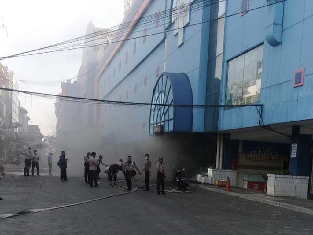 2 Damkar Padamkan Kebakaran Swalayan di Pondok Gede Bekasi