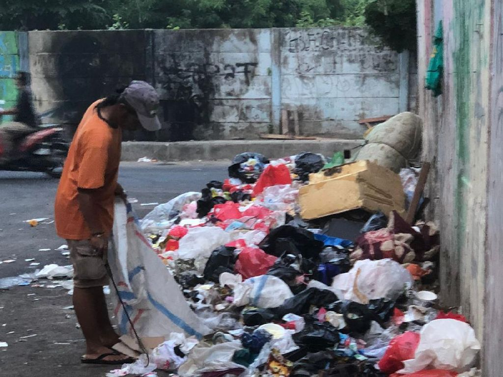 Sampah di Jalan Bikin Tikus-Kecoa Masuk Rumah, Warga Kramat Minta Solusi
