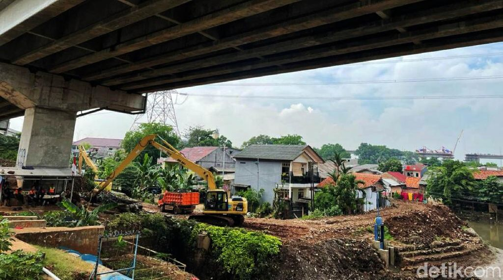 Antisipasi Banjir, Sungai di Cipinang Melayu Terus Dikeruk