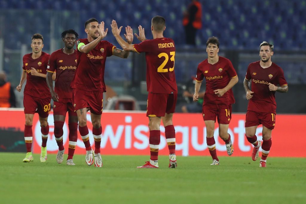 ROME, ITALY - SEPTEMBER 16:  Lorenzo Pellegrini of AS Roma celebrates with teammates after scoring the team's first goal during the UEFA Europa Conference League group C match between AS Roma and CSKA Sofia at Stadio Olimpico on September 16, 2021 in Rome, Italy.  (Photo by Paolo Bruno/Getty Images)