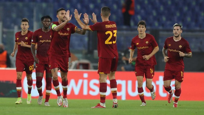 ROME, ITALY - SEPTEMBER 16:  Lorenzo Pellegrini of AS Roma celebrates with teammates after scoring the teams first goal during the UEFA Europa Conference League group C match between AS Roma and CSKA Sofia at Stadio Olimpico on September 16, 2021 in Rome, Italy.  (Photo by Paolo Bruno/Getty Images)