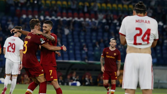 ROME, ITALY - SEPTEMBER 16:  Lorenzo Pellegrini of AS Roma celebrates after scoring the teams third goal during the UEFA Europa Conference League group C match between AS Roma and CSKA Sofia at Stadio Olimpico on September 16, 2021 in Rome, Italy.  (Photo by Paolo Bruno/Getty Images)