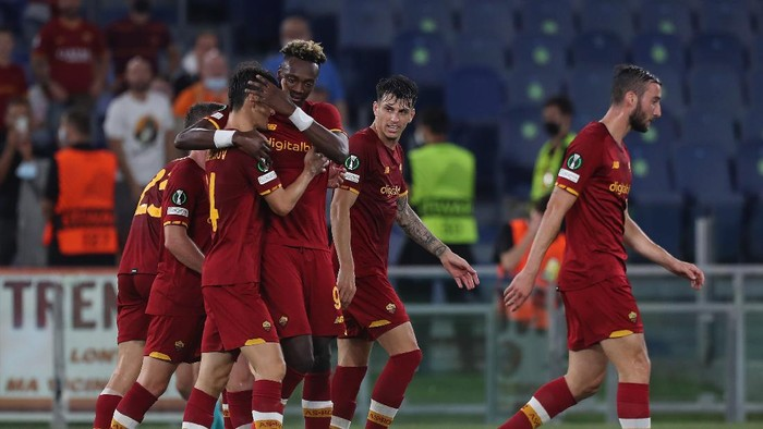 ROME, ITALY - SEPTEMBER 16:  Tammy Abraham with his teammates of AS Roma celebrate after scoring the teams fifth goal during the UEFA Europa Conference League group C match between AS Roma and CSKA Sofia at Stadio Olimpico on September 16, 2021 in Rome, Italy.  (Photo by Paolo Bruno/Getty Images)