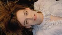 Emma Mackey Sex Education yang Selalu Dibilang Mirip Margot Robbie