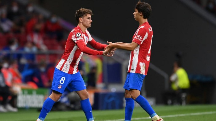 MADRID, SPAIN - SEPTEMBER 15: Antoine Griezmann of Atletico Madrid comes on to replace teammate Joao Felix during the UEFA Champions League group B match between Atletico Madrid and FC Porto at Wanda Metropolitano on September 15, 2021 in Madrid, Spain. (Photo by David Ramos/Getty Images)