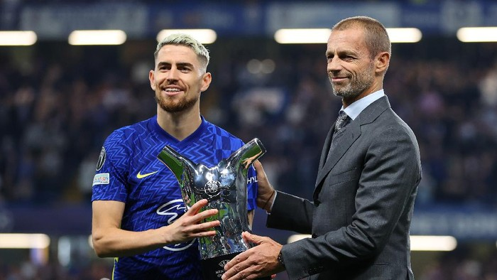 LONDON, ENGLAND - SEPTEMBER 14: UEFA President, Aleksander Ceferin presents Jorginho of Chelsea with the Mens player of the year award 2020/2021 prior to the UEFA Champions League group H match between Chelsea FC and Zenit St. Petersburg at Stamford Bridge on September 14, 2021 in London, England. (Photo by Catherine Ivill/Getty Images)