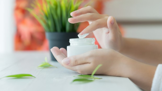 Mengabaikan pakai moisturizer dan kini memakainya secara rutin.