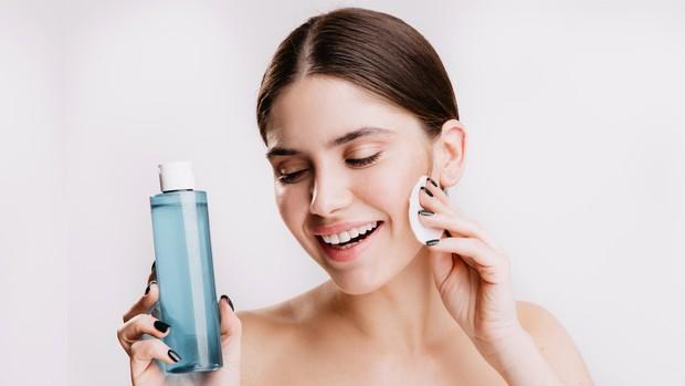 Jarang menghapus riasan sebelum tidur dan sekarang rutin melakukannya memakai makeup remover.