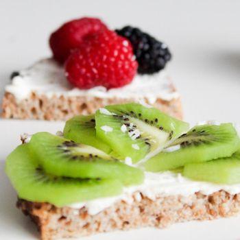 Buah kiwi dan mulberry yang memiliki beragam manfaat baik untuk kesehatan kulit dan kecantikan