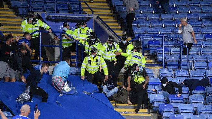 LEICESTER, ENGLAND - SEPTEMBER 16: Fans from both sides clash as police intervene during the UEFA Europa League group C match between Leicester City and SSC Napoli at The King Power Stadium on September 16, 2021 in Leicester, England. (Photo by Laurence Griffiths/Getty Images)
