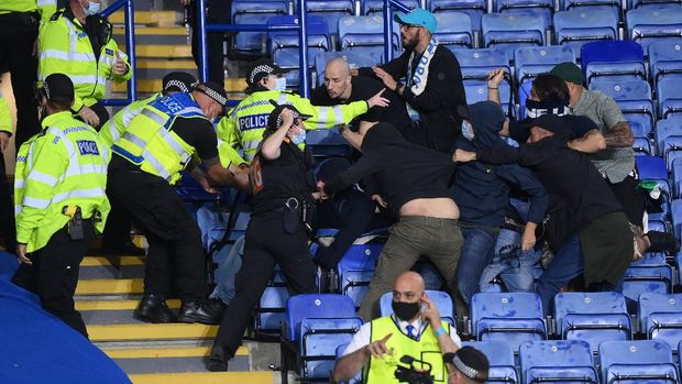 LEICESTER, ENGLAND - SEPTEMBER 16: Fans from both side's clash as police intervene during the UEFA Europa League group C match between Leicester City and SSC Napoli at The King Power Stadium on September 16, 2021 in Leicester, England. (Photo by Laurence Griffiths/Getty Images)