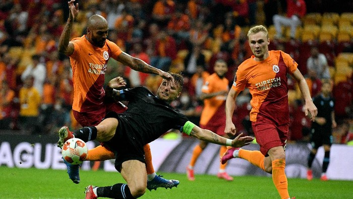 ISTANBUL, TURKEY - SEPTEMBER 16: Ciro Immobile of SS Lazio competes for the ball with Marcao of Galatasaray during the UEFA Europa League group E match between Galatasaray and Lazio Roma at Turk Telekom Arena on September 16, 2021 in Istanbul, Turkey. (Photo by Marco Rosi - SS Lazio/Getty Images)