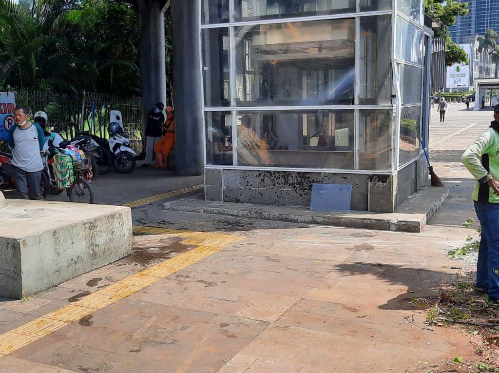 Sedan Terbalik di Trotoar Sudirman, Saksi: Mobil Terbang-Tabrak Lift JPO