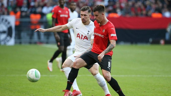 RENNES, FRANCE - SEPTEMBER 16: Pierre-Emile Hojbjerg of Tottenham Hotspur battles for possession with Baptiste Santamaria of Rennes during the UEFA Europa Conference League group G match between Stade Rennes and Tottenham Hotspur at  on September 16, 2021 in Rennes, France. (Photo by John Berry/Getty Images)