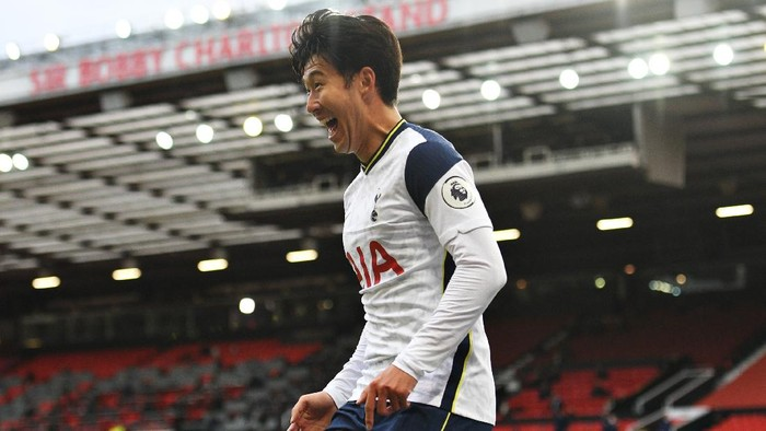 MANCHESTER, ENGLAND - OCTOBER 04: Heung-Min Son of Tottenham Hotspur celebrates after scoring his sides fourth goal during the Premier League match between Manchester United and Tottenham Hotspur at Old Trafford on October 04, 2020 in Manchester, England. Sporting stadiums around the UK remain under strict restrictions due to the Coronavirus Pandemic as Government social distancing laws prohibit fans inside venues resulting in games being played behind closed doors. (Photo by Oli Scarff - Pool/Getty Images)