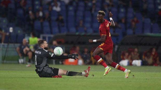ROME, ITALY - SEPTEMBER 16:  Tammy Abraham of AS Roma scores the team's fifth goal during the UEFA Europa Conference League group C match between AS Roma and CSKA Sofia at Stadio Olimpico on September 16, 2021 in Rome, Italy.  (Photo by Paolo Bruno/Getty Images)