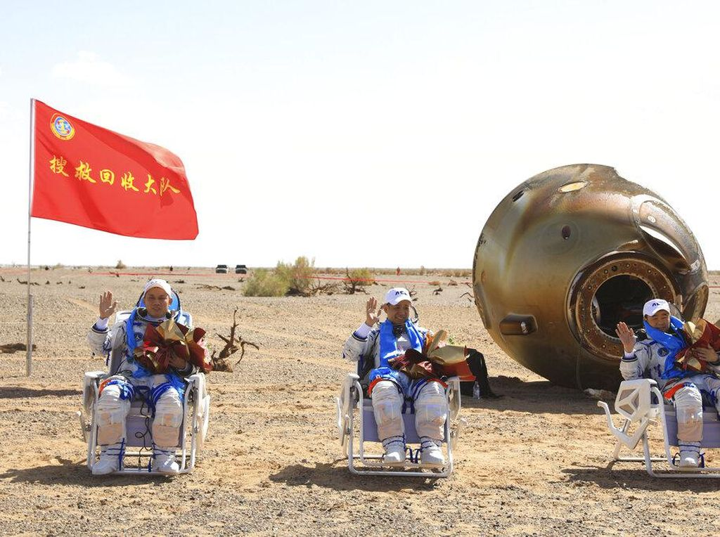 Detik-detik 3 Astronaut China Mendarat Usai dari Misi Luar Angkasa