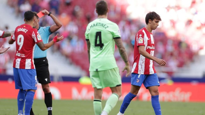 MADRID, SPAIN - SEPTEMBER 18: Referre Gil Manmzano (L) shows the red card to Joao Felix (R) of Atletico de Madrid during the La Liga Santander match between Club Atletico de Madrid and Athletic Club at Estadio Wanda Metropolitano on September 18, 2021 in Madrid, Spain. (Photo by Gonzalo Arroyo Moreno/Getty Images)