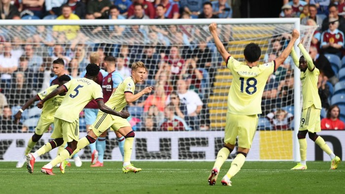 BURNLEY, ENGLAND - SEPTEMBER 18: Martin Odegaard of Arsenal celebrates after scoring their sides first goal during the Premier League match between Burnley and Arsenal at Turf Moor on September 18, 2021 in Burnley, England. (Photo by Stu Forster/Getty Images)