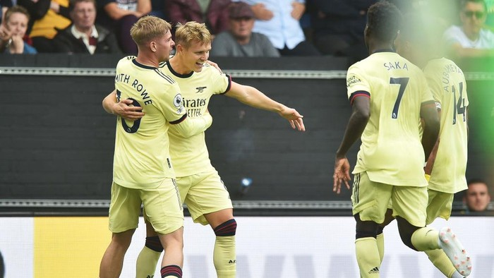 BURNLEY, ENGLAND - SEPTEMBER 18: Martin Odegaard of Arsenal celebrates with teammate Emile Smith-Rowe after scoring their sides first goal during the Premier League match between Burnley and Arsenal at Turf Moor on September 18, 2021 in Burnley, England. (Photo by Nathan Stirk/Getty Images)