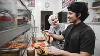 Romantisnya Atta Halilintar dan Aurel Hermansyah saat Makan di Warteg