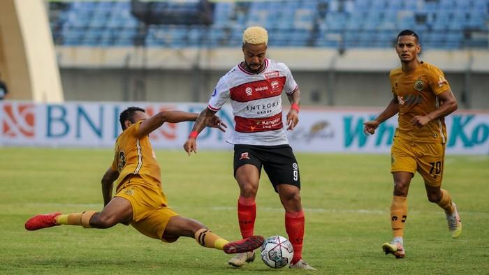 Pesepakbola Bhayangkara FC Arthur Bonai (kiri) berupaya mencegah laju serangan pesepakbola Madura United Rafael Silva (tengah) dalam laga pada lanjutan BRI Liga 1 antara Bhayangkara FC melawan Madura United,  di Stadion Si Jalak Harupat, Kabupaten Bandung, Jawa Barat, Sabtu (18/9/2021). Pada babak pertama, Bhayangkara FC unggul dengan skor 1-0. ANTARA FOTO/Raisan Al Farisi/hp.