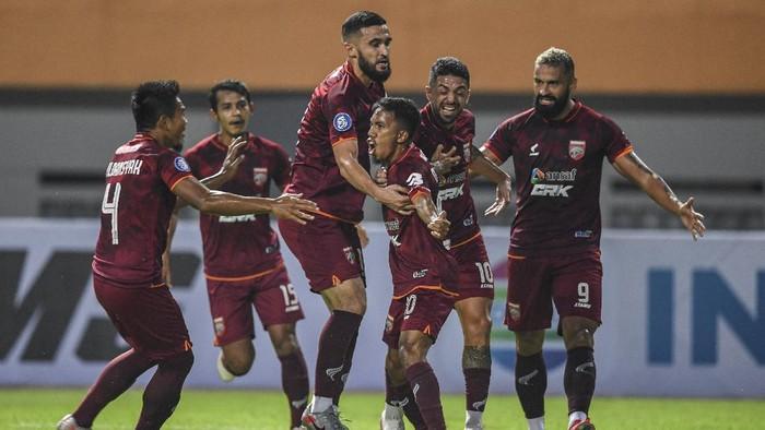 Pesepak bola Borneo FC M Sihran H Amrullah (tengah) bersama rekannya melakukan selebrasi usai mencetak gol ke gawang Persebaya Surabaya dalam lanjutan Liga 1 2021-2022 di Stadion Wibawa Mukti, Cikarang, Jawa Barat, Sabtu (4/9/2021). ANTARA FOTO/M Risyal Hidayat/wsj.
