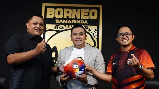 Borneo FC mendapat sponsor baru, Daniel Zee atau Mr Cuanisasi. Daniel Zee (tengah) diapit stakeholder Borneo Nabil Husein (kiri) dan Chandra Kurniawan (kanan).