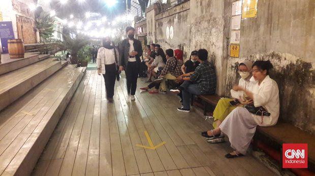 Pengunjung memadati area cafe di kawasan M Bloc Space, Jakarta Selatan, Sabtu (18/9/2021).
