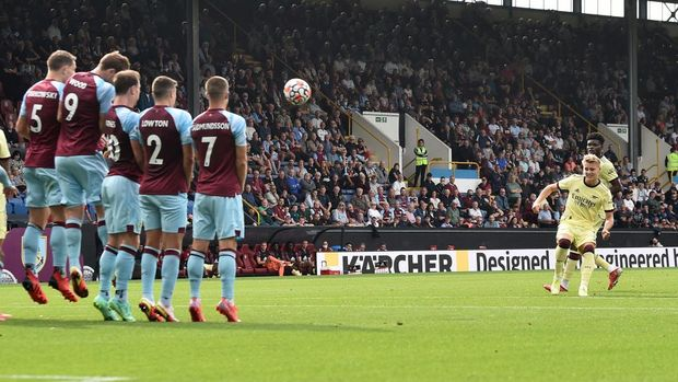 BURNLEY, ENGLAND - SEPTEMBER 18: Martin Odegaard of Arsenal scores their team's first goal during the Premier League match between Burnley and Arsenal at Turf Moor on September 18, 2021 in Burnley, England. (Photo by Nathan Stirk/Getty Images)