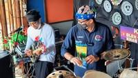 Sandiaga Main Alat Musik dan Menyusuri Mangrove di Situbondo