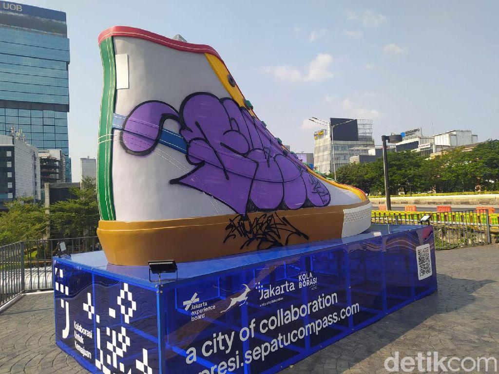 Ironi Tugu Sepatu Sudirman: Baru Dipamerkan, Jadi Sasaran Coretan