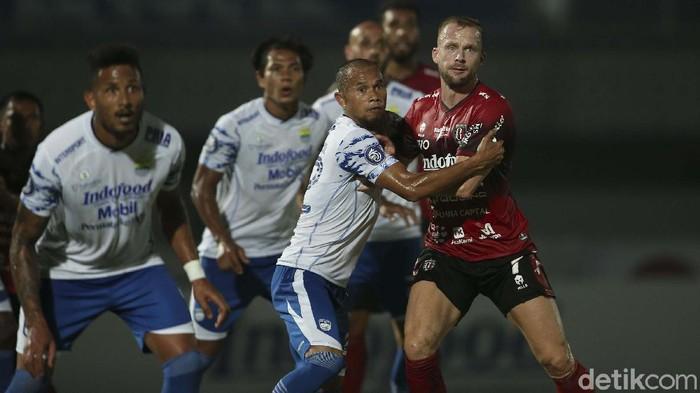 Laga Persib Bandung versus Bali United digelar di Stadion Indomilk Arena, Tangerang, Sabtu (18/9/2021). Bermain dengan 10 orang, Bali United mampu menahan imbang Persib 2-2.