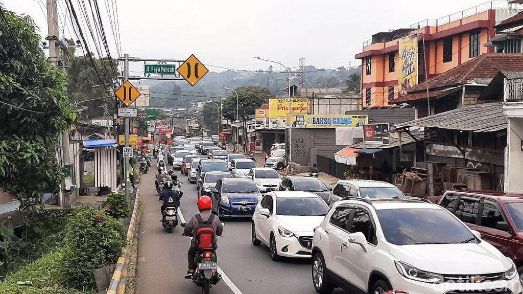 Antrean Panjang Kendaraan Saat Buka Tutup Jalur Puncak