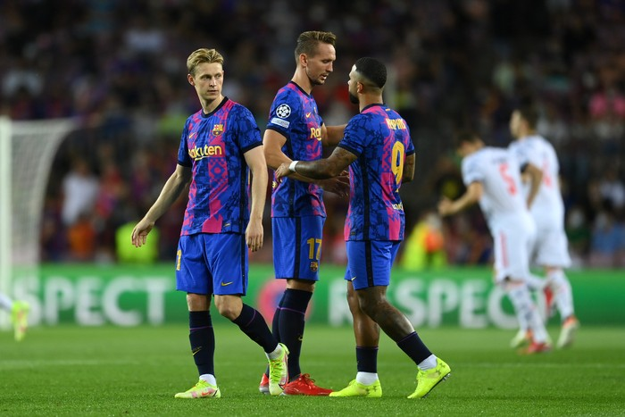 BARCELONA, SPAIN - SEPTEMBER 14: Frenkie de Jong, Luuk De Jong and Memphis Depay of Barcelona interact prior to the UEFA Champions League group E match between FC Barcelona and Bayern Muenchen at Camp Nou on September 14, 2021 in Barcelona, Spain. (Photo by David Ramos/Getty Images)