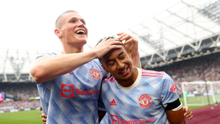 LONDON, ENGLAND - SEPTEMBER 19: Jesse Lingard of Manchester United celebrates with Scott McTominay after scoring their teams second goal during the Premier League match between West Ham United and Manchester United at London Stadium on September 19, 2021 in London, England. (Photo by Julian Finney/Getty Images)