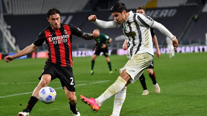 TURIN, ITALY - MAY 09: Alvaro Morata of Juventus makes a cross whilst under pressure from Davide Calabria of A.C. Milan during the Serie A match between Juventus  and AC Milan at  on May 09, 2021 in Turin, Italy. Sporting stadiums around Italy remain under strict restrictions due to the Coronavirus Pandemic as Government social distancing laws prohibit fans inside venues resulting in games being played behind closed doors. (Photo by Valerio Pennicino/Getty Images)