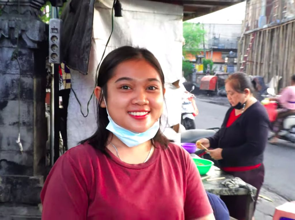 Salut! Penjual Sate Lilit Cantik Ini Tak Gengsi Bantu Jualan Orangtua