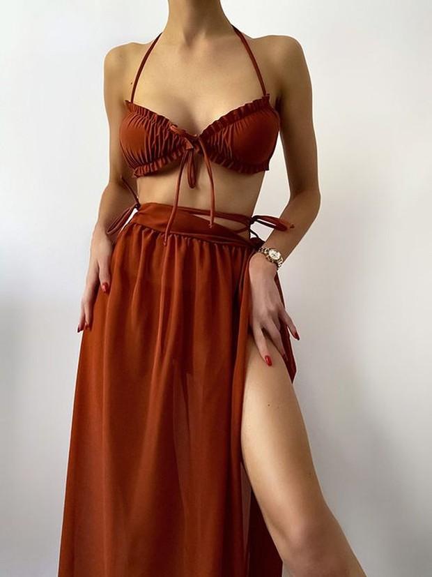 Cara agar tetap stylish saat pakai swimsuit bisa menambahkan aksesoris.
