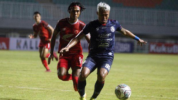 Pesepakbola Arema FC Kushedya Hari Yudho (kanan) berebut bola dengan pesepakbola PSM Makassar Erwin Gutawa (kiri) dalam lanjutan laga Liga 1 di Stadion Pakansari, Kabupaten Bogor, Jawa Barat, Minggu (5/9/2021). Pertandingan berakhir imbang dengan skor 1-1. ANTARA FOTO/Yulius Satria Wijaya/rwa.